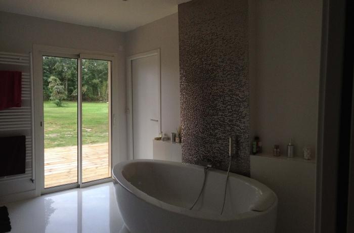 extension et rénovation habitation : 9 vue de la salle de bains avec perspective sur le jardin